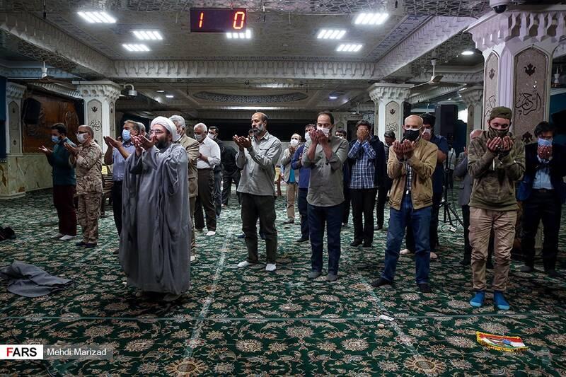 اقامه نماز مغرب و عشاء پس از پایان مراسم پنجمین سالگرد شهید محمد ناظری در حسینیه امامزاده علی اکبر(ع) چیذر