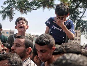 عکس/ اشک کودک فلسطینی در تشییع پیکر دوستانش