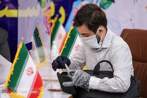 عکس/ رعایت پروتکلهای بهداشتی توسط داوطلب جوان انتخابات