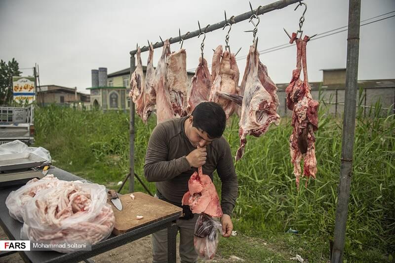 فروش دل و جیگر گوسفند و گاو برای کبابی ها از رونق خاصی در این بازار برخوردار بود