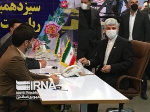 عکس/ رامین مهمان پرست در انتخابات ثبت نام کرد