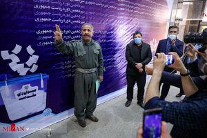 عکس/ داوطلبی با لباس کردی در ستاد انتخابات