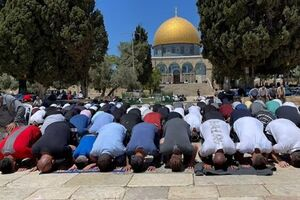 دهها هزار فلسطینی در نماز جمعه امروز مسجد الاقصی حضور یافتند - کراپشده