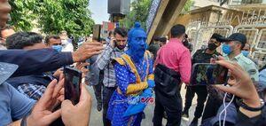 عکس/ حضور افرادی با ظاهر عجیب مقابل ستاد انتخابات