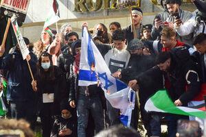 عکس/ آتش زدن پرچم اسرائیل در خیابانهای انگلیس