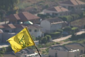 عکس/ اهتزاز پرچم حزب الله در یک قدمی صهیونسیتها