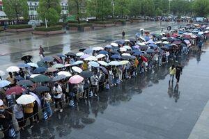 عکس/ صف واکسیناسیون کرونا زیر بارش باران
