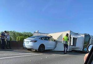 خودروی تسلا جان یک پلیس را گرفت