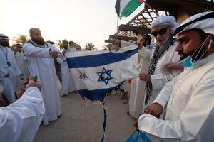 عکس/ معترضان کویتی پرچم رژیم صهیونیستی را آتش زدند