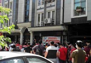 تجمع هواداران پرسپولیس مقابل فدراسیون