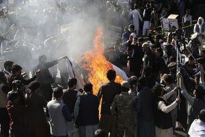 عکس/ آتش زدن پرچم آمریکا و اسرائیل در کابل