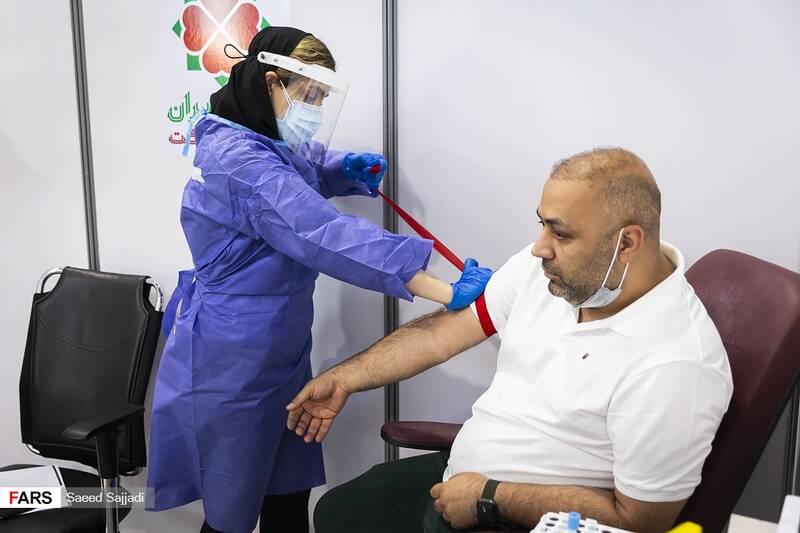 کنترل فشار خون و ضربان قلب پیش از تزریق واکسن به داوطلبان در فاز سوم مطالعات بالینی واکسن کووایران برکت