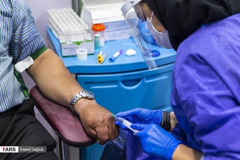 دریافت نمونه برای آزمایش خون پیش از تزریق واکسن به یکی از داوطلبان در فاز سوم مطالعات بالینی واکسن کووایران برکت