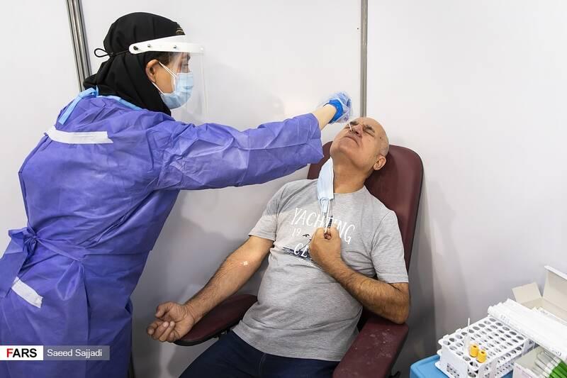 انجام تست کرونا پیش از تزریق واکسن به یکی از داوطلبان در فاز سوم مطالعات بالینی واکسن کووایران برکت