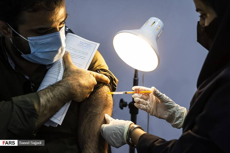 تزریق دوز اول واکسن به یکی از داوطلبان در فاز سوم مطالعات بالینی واکسن کووایران برکت