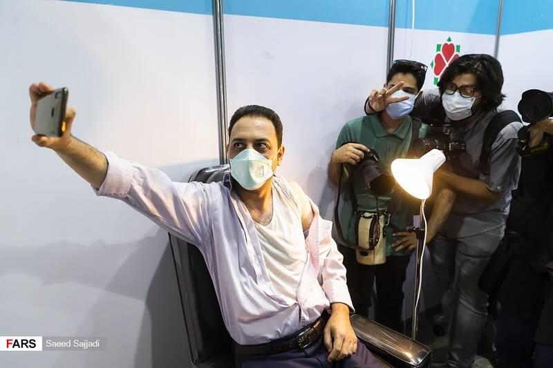 عکس یادگاری یکی از داوطلبان حاضر در فاز سوم مطالعات بالینی واکسن کووایران برکت با عکاسان خبری