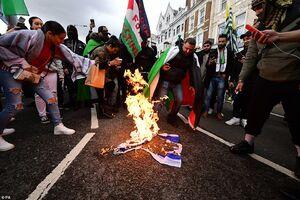 عکس/ آتش زدن پرچم اسرائیل در نقاط مختلف انگلیس