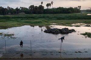 عکس/ عبور پناهجویان از موانع مرزی مکزیک