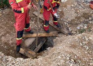 عکس/ نجات توله سگ از یک چاه ۱۵ متری