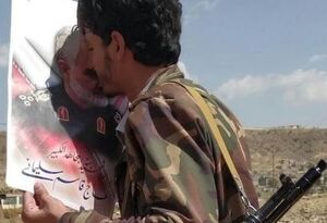 بوسیدن عکس شهید حاج قاسم سلیمانی در حاشیه نبرد آزادسازی مأرب توسط رزمنده یمنی