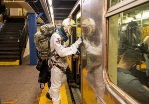 عکس/ مردی با لباس فضانوردی در مترو