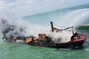 ادامه تلاش برای اطفای حریق کشتی باری در سریلانکا
