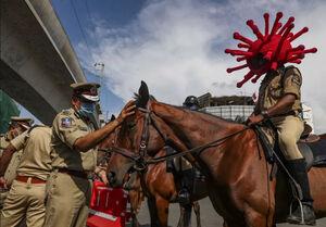 تلاش پلیس هند برای پیشگیری مردم از شیوع کرونا