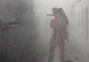 لحظه نجات دختر خردسال و ساکنان محبوس شده میان دود و آتش + تصاویر