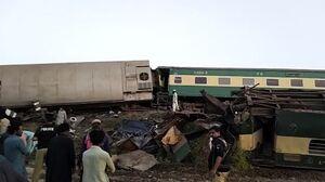 عکس/ برخورد مرگبار دو قطار مسافربری در پاکستان