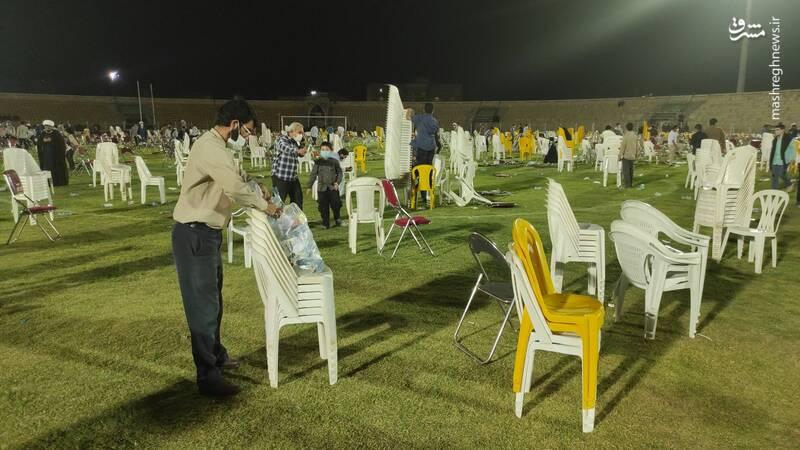 جمع آوری مردمی صندلی و بطریهای آب پس از سخنرانی رئیسی+ عکس