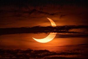 عکس/ تماشای خورشید گرفتگی در آسمان نیمکرهشمالی