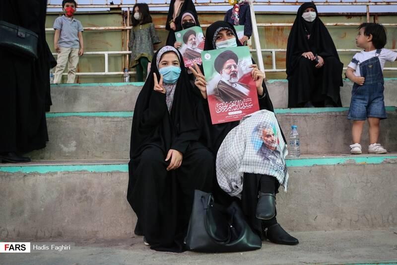 حضور جوانان انقلابی در اجتماع بزرگ حامیان آیت الله رییسی در  ورزشگاه تختی مشهد