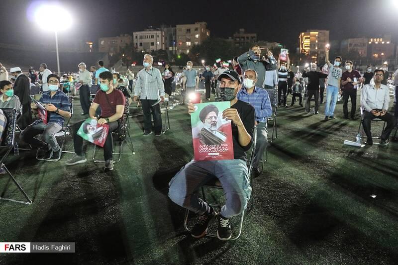 در این تجمع اقلیتهای مذهبی، جوانان و نوجوانان، زن و مرد و اقشار مختلف مردم حضور داشتند و شعارهای مرگ بر آمریکا و مرگ بر اسرائیل و زنده باد ایران را یکصدا سر میدادند.