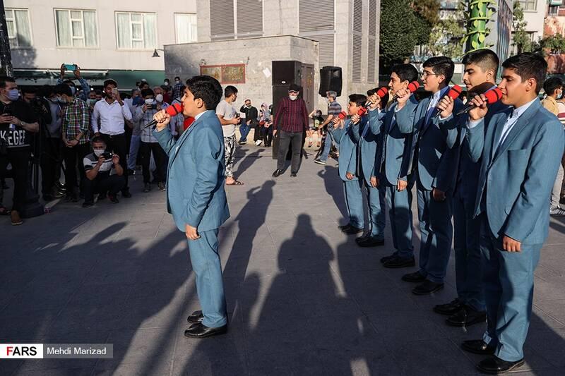 اجرای گروه سرود رایت الرضا در پویش «دعوت حضور» هیأتیها در میدان راه آهن تهران