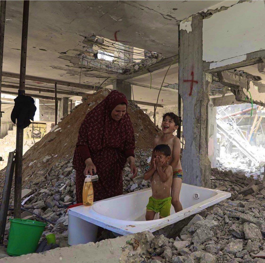 حمام بچهها در ویرانههای غزه+ عکس
