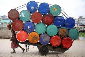 عکس/ حمل انبوه بشکههای نفت در بنگلادش