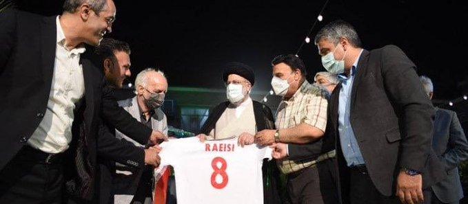 اهدای پیراهن شماره ۸ تیم ملی فوتبال به رئیسی+ عکس