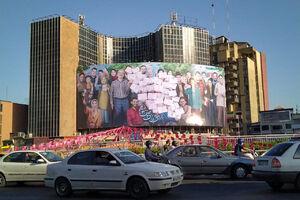 عکس/ طرح انتخاباتی بر روی دیوارنگاره میدان ولیعصر