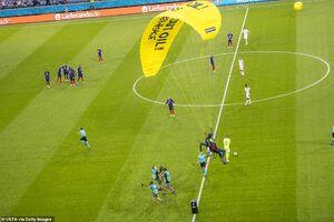 عکس/ جیمی جامپی که با چتر وسط استادیوم فرود آمد