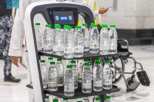 فیلم/ توزیع آب زمزم با ربات به زائران