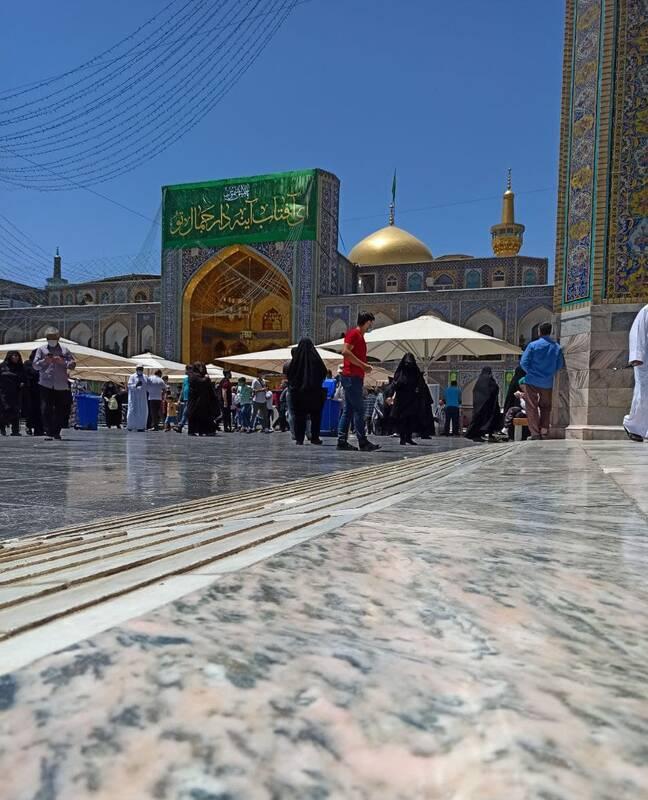نصب کتیبههای ویژه دهه کرامت در ایوانهای حرم امام رضا (ع)+عکس