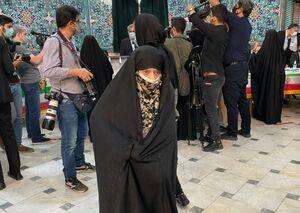عکس/ زن ۸۲ ساله در نخستین ساعت انتخابات ۱۴۰۰