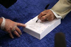 لحظه نوشتن تعرفه رای توسط رهبر انقلاب