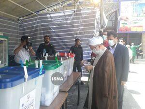 جتالاسلام کاظم صدیقی امامجمعه موقت تهران با حضور در شعبه مستقر در حرم حضرت عبدالعظیم (ع) رای خود را به صندوق انداخت