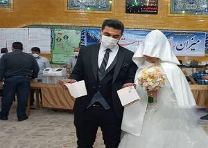 حضور عروس و داماد کرجی پای صندوق رای در مسجد جامع رجایی شهر