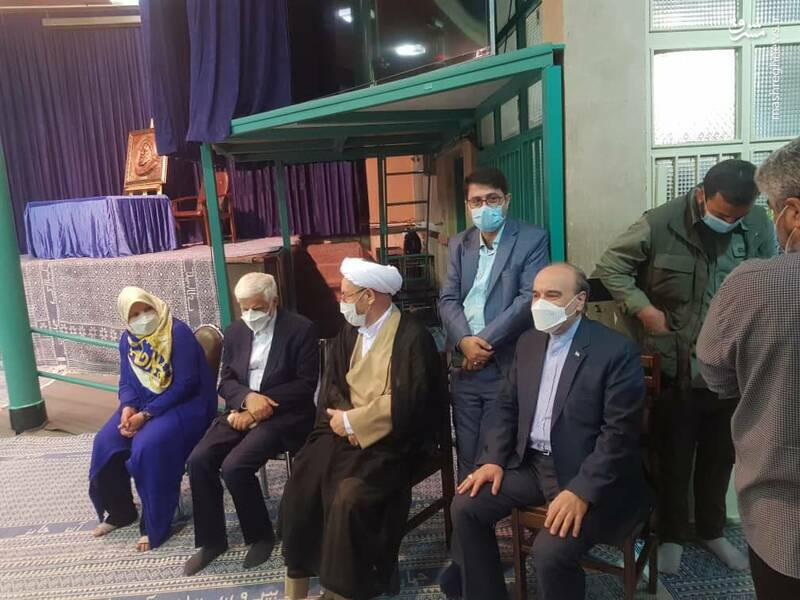 حضور وزیر ورزش، یونسی، وزیر سابق اطلاعات و عارف و همسرش در حسینیه جماران به منظور شرکت در انتخابات
