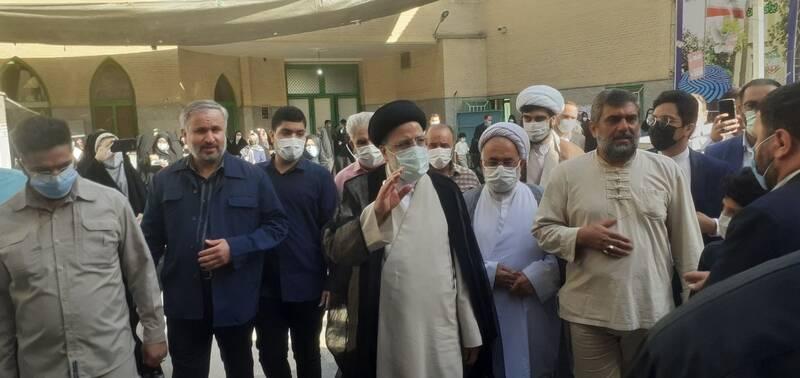 حضور رئیسی در مسجد جامع شهر ری برای شرکت در انتخابات