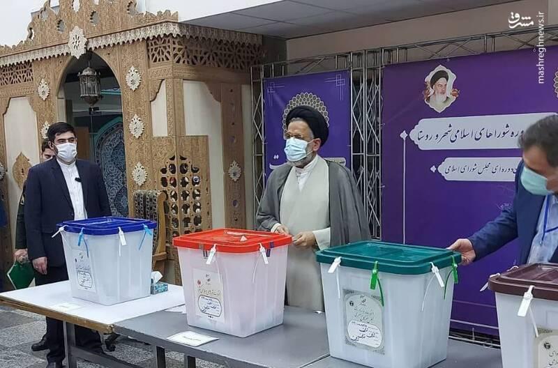 حجت الاسلام سیدمحمود علوی، وزیر اطلاعات رای خود را در صندوق مستقر در ستاد انتخابات کشور انداخت