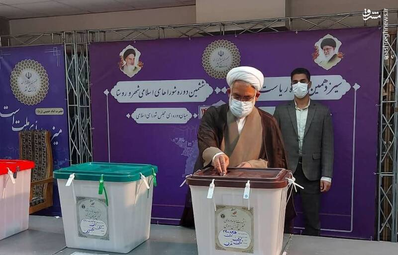 حجت الاسلام منتظری،دادستان کل کشور رای خود را در صندوق مستقر در ستاد انتخابات وزارت کشور انداخت