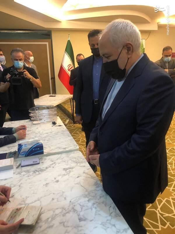 محمد جواد ظریف وزیر امور خارجه کشورمان در شعبه اخذ رأی آنتالیا برای انداختن رای در صندوق